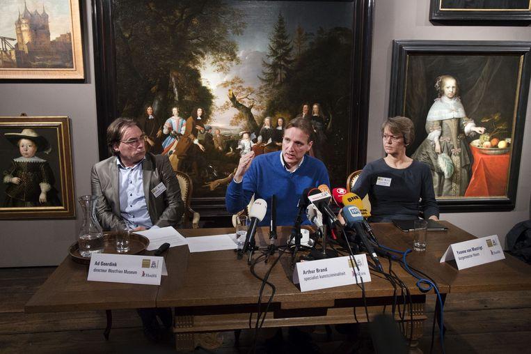 Ad Geerdink, directeur van het Westfries Museum, Arthur Brand, specialist in kunstcriminaliteit en Yvonne van Mastrigt, burgemeester van Hoorn, geven uitleg tijdens een persconferentie over de in 2005 gestolen kunst uit het museum. Beeld ANP