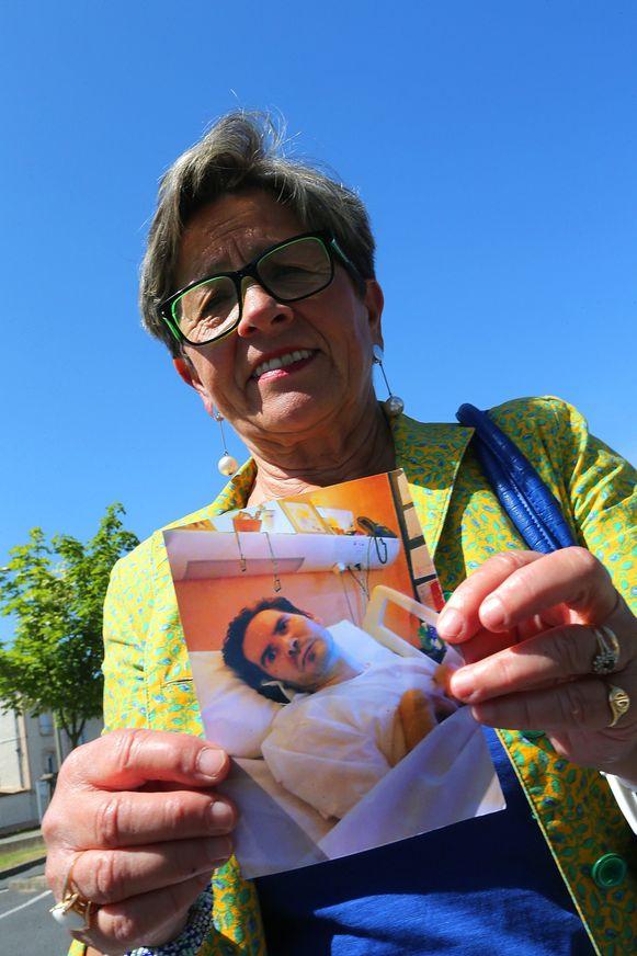 Viviane, de moeder van Vincent Lambert, toont een foto van haar zoon.