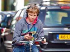 Fel voortjakkerende fietsers met een koptelefoon en rugzakje, hup het net in
