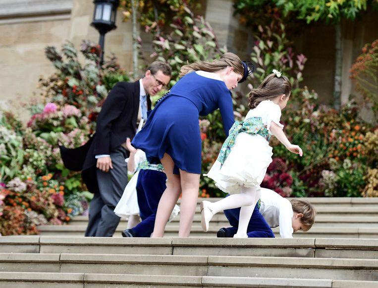 Een van de bruidsjongens viel op de trappen van de kapel.
