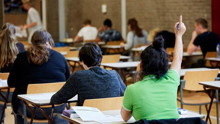 Leerlingen van het Emmauscollege in Rotterdam tijdens het eindexamen. Beeld anp