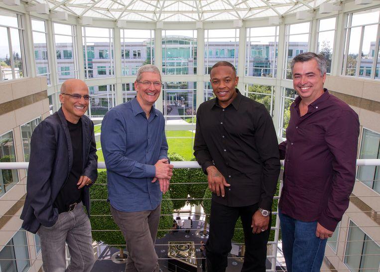 Medeoprichter van Beats, Jimmy Iovine, Apple-CEO Tim Cook, Dr. Dre en senior vicepresident van Apple, Eddy Cue poseren in 2014 samen. Apple nam toen Beats Electronics over voor zo'n 3 miljard dollar.