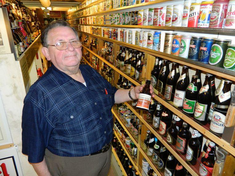 Remi Dhaene (74) toont zijn Beremietje, zijn eigen bier.