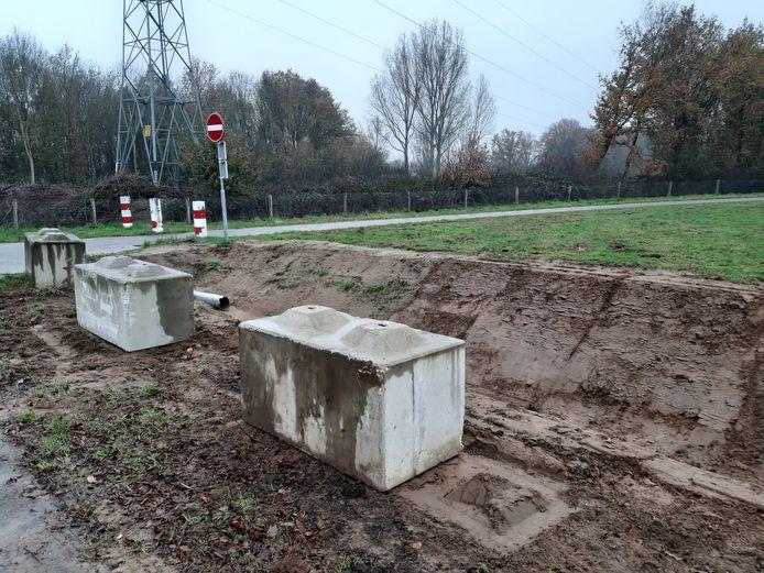Betonblokken bij het fietspad van de A73 om te voorkomen dat tractoren het fietspad gebruiken om naar de overkant van de Maas bij Heumen rijden.