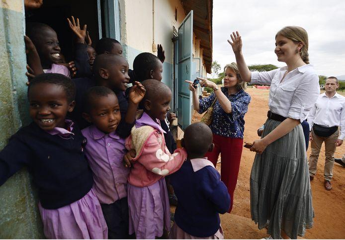 Prinses Elisabeth tijdens een bezoek aan een schooltje in Kenia.