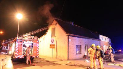 Brand richt zware schade aan in woning, zoon loopt rookintoxicatie op