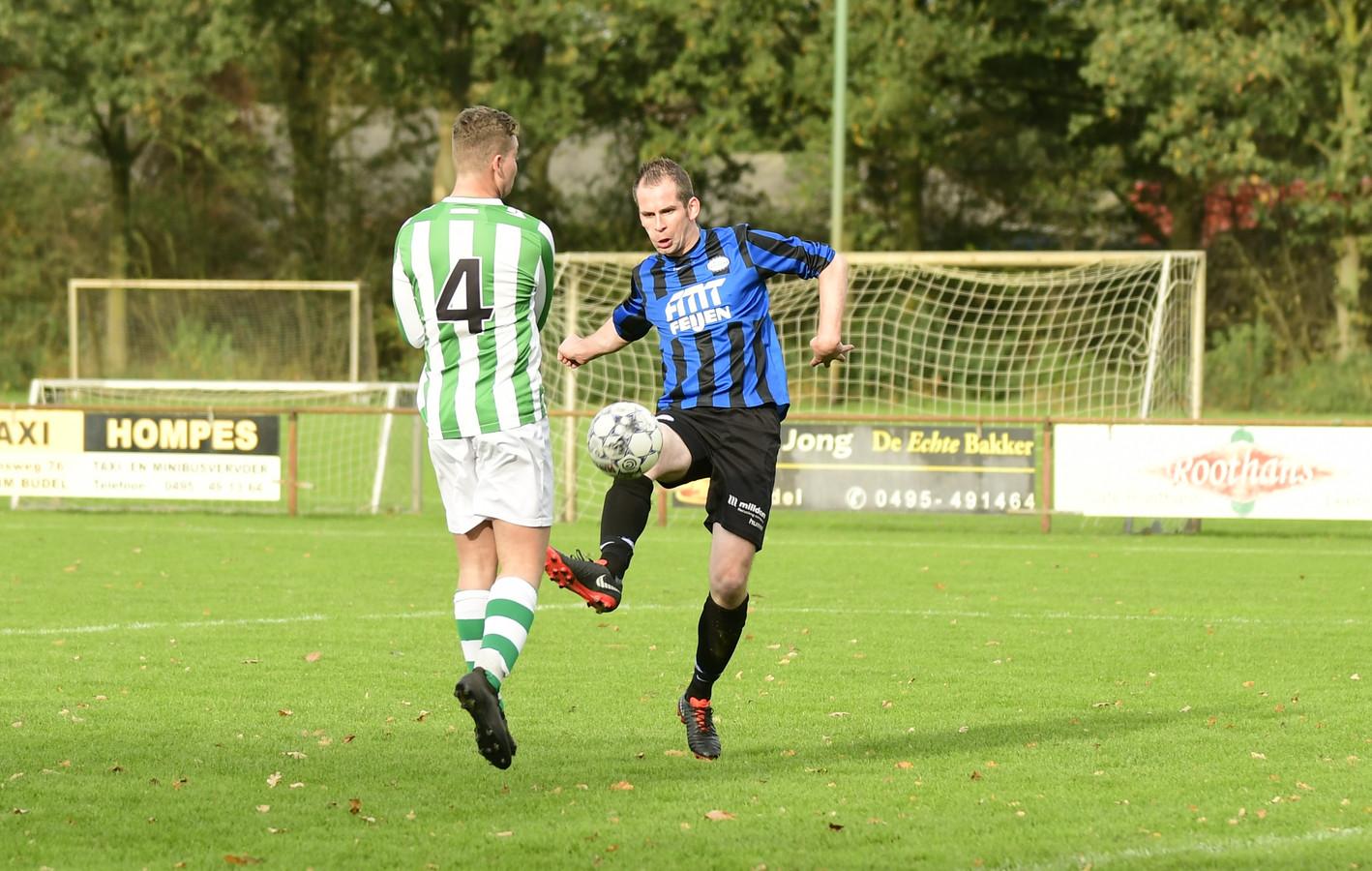 Ralph van Meijl (rechts) in actie tegen Neerkandia, een duel dat FC Cranendonck door twee goals van de spits met 2-0 won op 27 oktober.