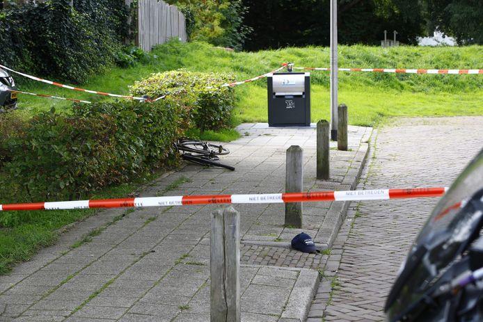 Een fiets en een petje zijn de stille getuigen van de steekpartij aan de Van Galenstraat in september vorig jaar.