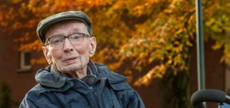 Bart Mutsaers, de oudste inwoner van Udenhout: 102 en nog altijd een stevige handdruk
