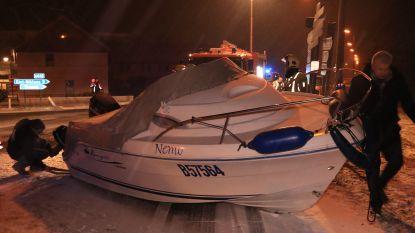 Speedboot strandt bovenop Durmebrug