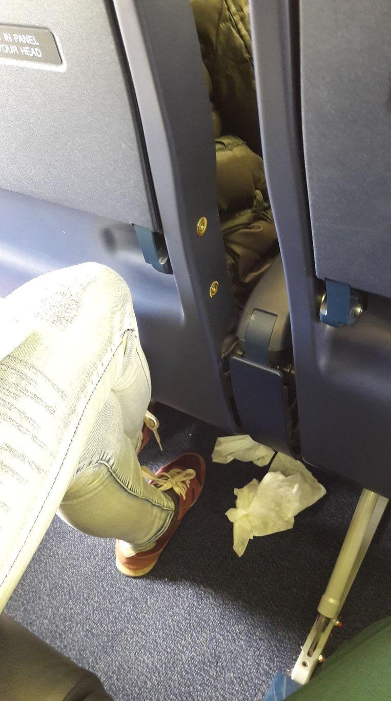 Eens op het vliegtuig begonnen passagiers papieren zakdoekjes zomaar op de grond te gooien.
