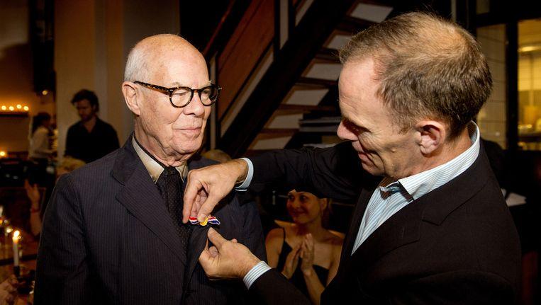 Hans van Manen (L) krijgt uit handen van Ted Brandsen de Gouden Eeuw Award Beeld anp