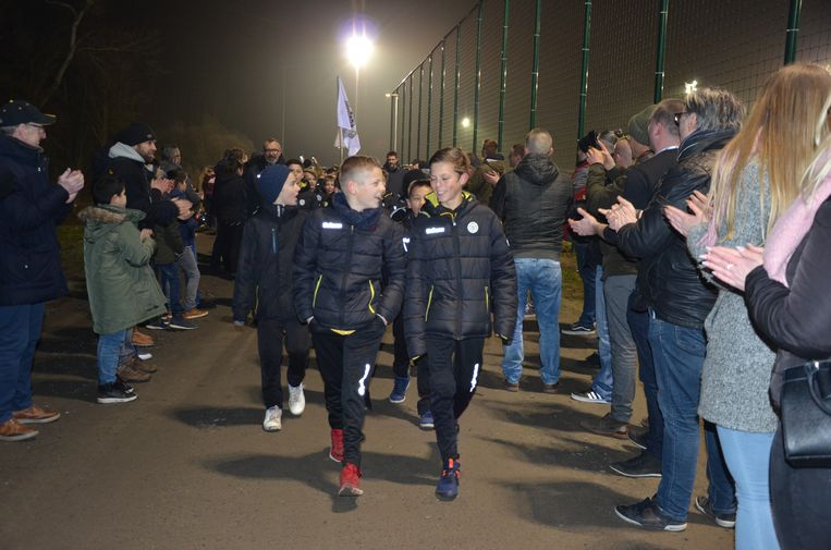 De supporters vormden vlak voor de wedstrijd een erehaag voor de jeugd.