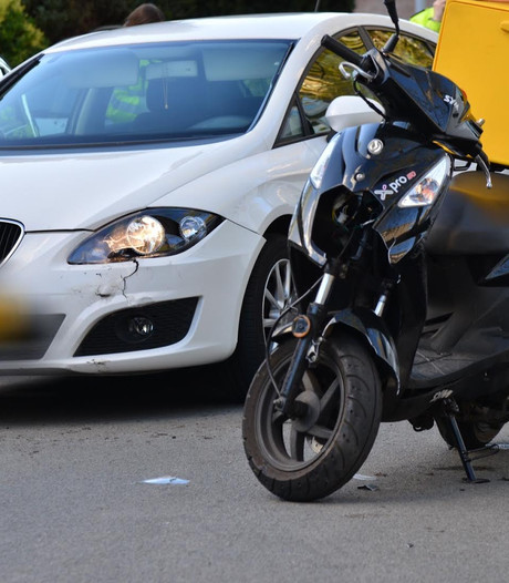 Pizzabezorger gewond na botsing met auto in Antwerpenstraat Breda