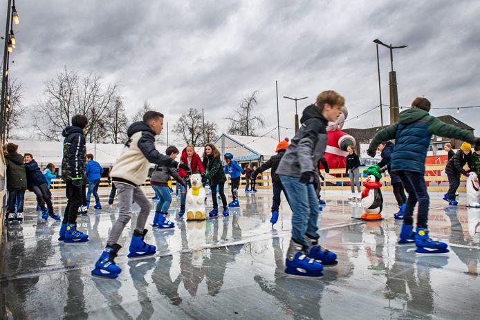 De Heumense basisscholen mochten tijdens het laatste Winterfestijn gratis komen schaatsen.