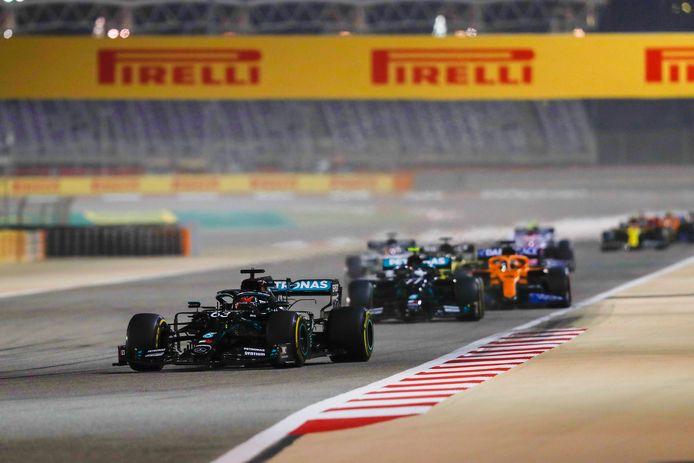 George Russell aan de leiding voor Valtteri Bottas en Carlos Sainz in Bahrein.