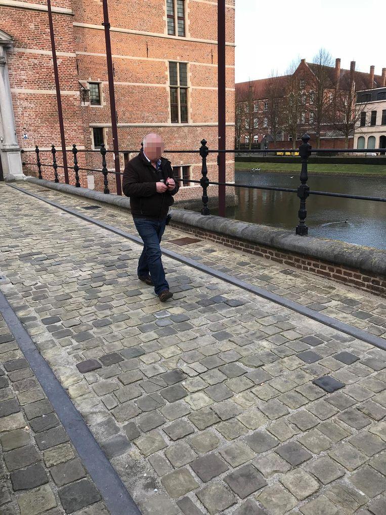 Jef V.O. uit Gierle, hoofdverdachte van de putdekselmoord, verlaat met een enkelband het gerechtsgebouw in Turnhout.