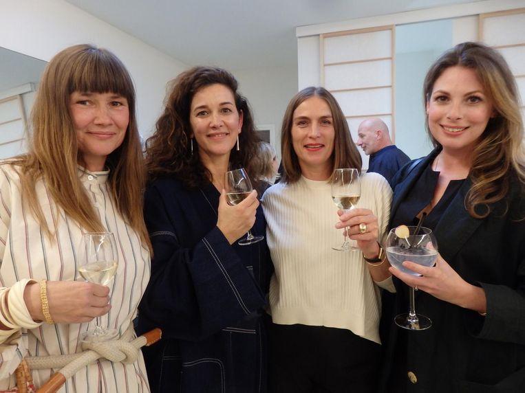 Eigenaar Monique de Randamie (tweede l.) en vriendinnen Petra Hebbing, Carla Visser en Maaike Chanowski. 'Dit stukje De Pijp doet me denken aan Brooklyn.' Beeld -
