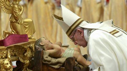 """Paus veroordeelt """"menselijke hebzucht en overdreven consumptiedrang"""" tijdens kerstnachtmis"""