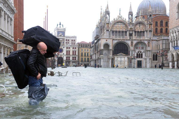 Een toerist draagt zijn bagage over het San Marcoplein in Venetië.