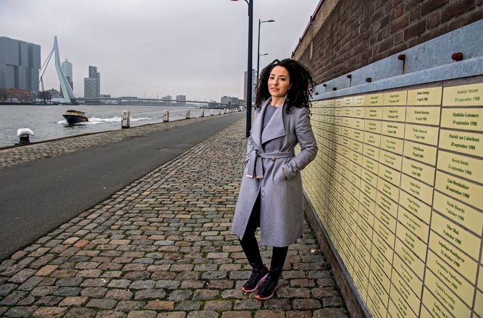 Ameline Ansu aan de Nieuwe Maas. Haar in 2014 overleden vader liet hier, toen Ameline in 1987 werd geboren, een geel tegeltje met haar naam en geboortedatum in de muur rechts zetten. Die muur is nu een herdenkingsplek voor de Rotterdamse.