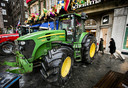 Tractoren op het Rokin voor boekwinkel Scheltema.