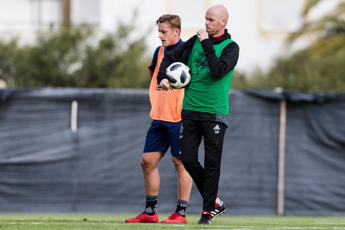 Ajax-coach Erik ten Hag toont hier aan ook uitstekend de fluit te kunnen hanteren/