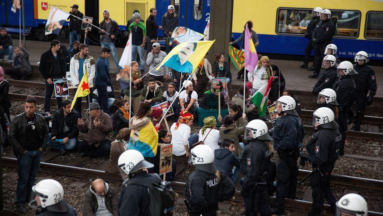 Koerdische betogers blokkeren het spoor van het station in Hamburg. Beeld epa