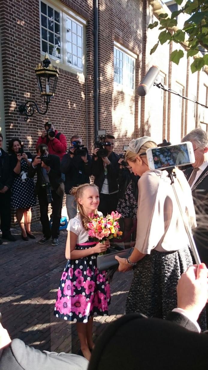 Koningin Maxima komt aan bij Paleis Het Loo in Apeldoorn en Lisa Westebring heeft de eer om de Koningin een bosje bloemen te geven.