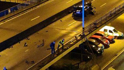 Spectaculair ongeval in Gent: Maserati rijdt vangrail viaduct kapot, brokstukken vallen naar beneden