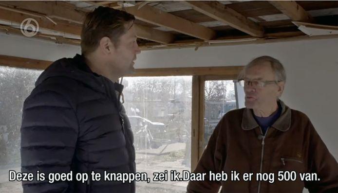 Een beeld uit de SBS-serie Fort Oranje, waar presentator Dennis van der Geest met Cees Engel over de totaal verpauperde camping loopt.