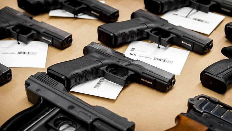 Een deel van de wapens die in 2015 werden gevonden in Nieuwegein. Beeld anp