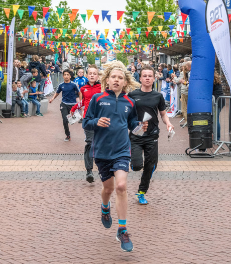Onthaal voor Mini-Roparunners bij finish in Oostburg