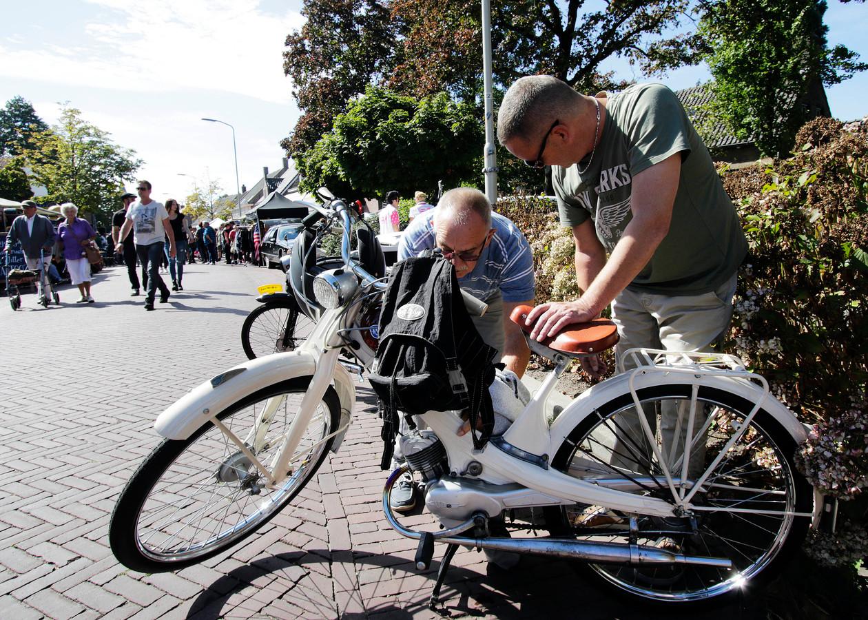 Brommers kijken op Rockin' Wouw, dit jaar hoopt de organisatie nog meer voertuigen uit de jaren '50 te kunnen laten zien op het festival.