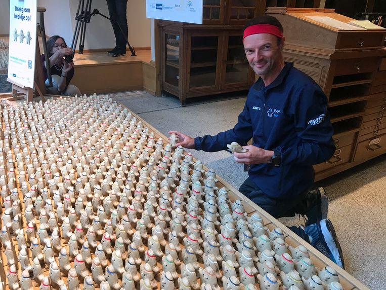 Kankeronderzoeker Johan Swinnen zet de zeven beeldjes die mee op tocht gingen, bij in een etalage van Huis Delsart in de Bondgenotenlaan.