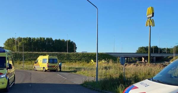 Motorrijder ernstig gewond na aanrijding in Dronten, traumahelikopter rukt uit.