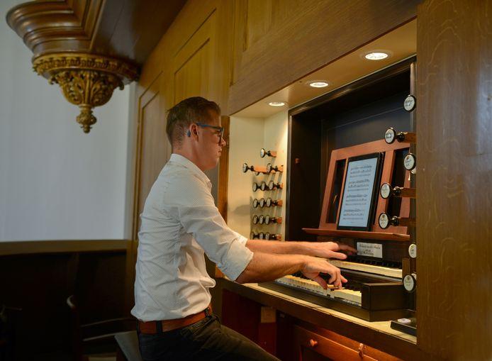 Marien Stouten bespeelt het orgel van de Nieuwe Kerk in Zierikzee. Dat doet hij vrijdag ook - het concert is live te volgen vanuit de huiskamer.
