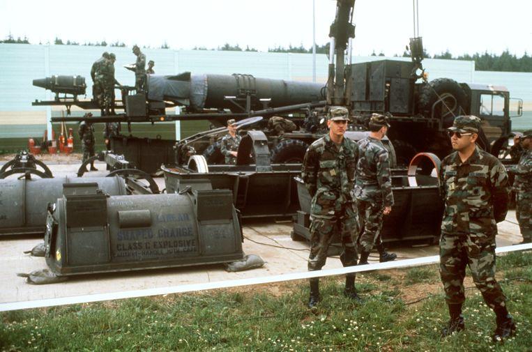 Amerikaanse militairen voor een ballistische Pershing II-raket  in Duitsland.