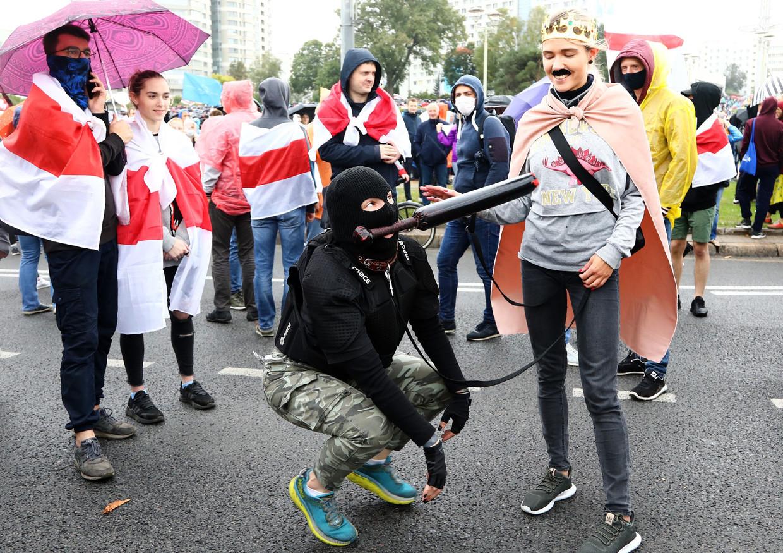 Ondanks het harde optreden van de politie gingen afgelopen weekeinde opnieuw tienduizenden mensen in Minsk de straat op om tegen Loekasjenko te protesteren. Beeld AFP