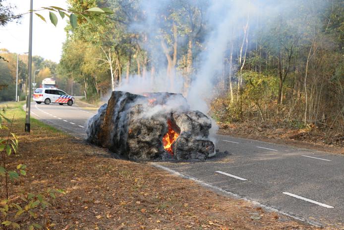 De brandende hooibaal. Foto: Gino Press