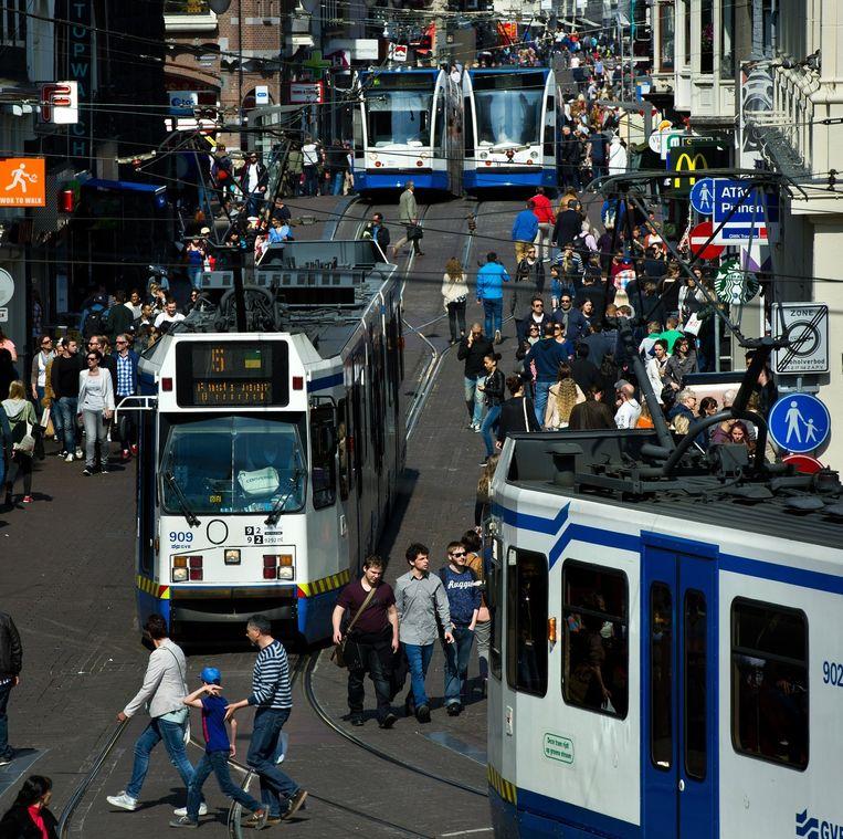 Drukte in de Leidsestraat. Het aantal bezoekers aan Amsterdam steeg in 2014 explosief naar 18 miljoen. Beeld Klaas Fopma