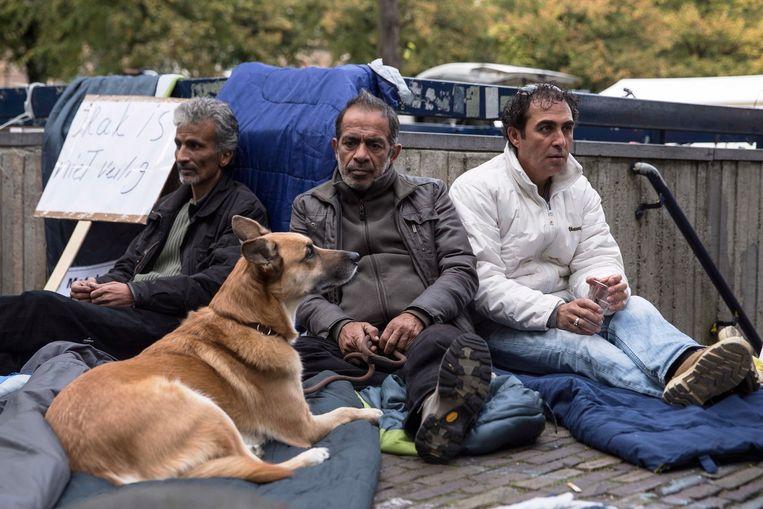 Munther (midden) met medebetogers in oktober 2013 op de Koekamp in Den Haag, waar zij aandacht vragen voor hun uitzichtloze situatie. Beeld Frans Ohm