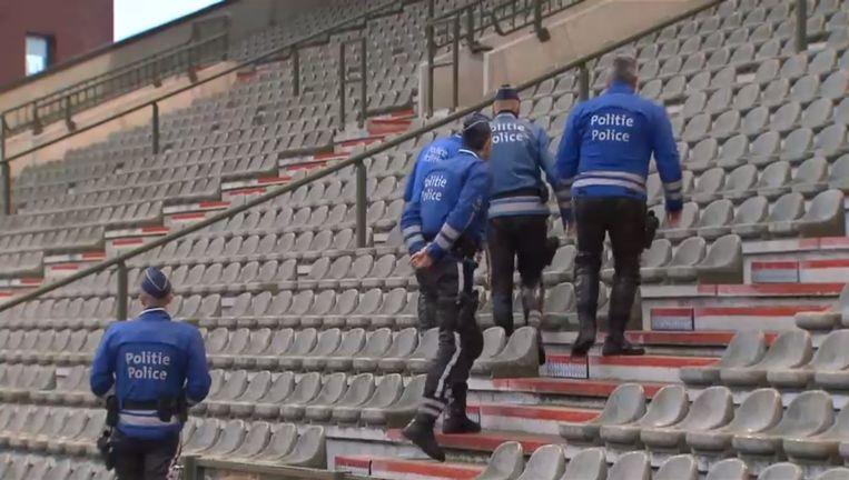 """Politieagenten doorzochten het Koning Boudewijnstadion. Om middernacht werd op """"sterk aanraden"""" van de regering beslist om de match af te gelasten."""
