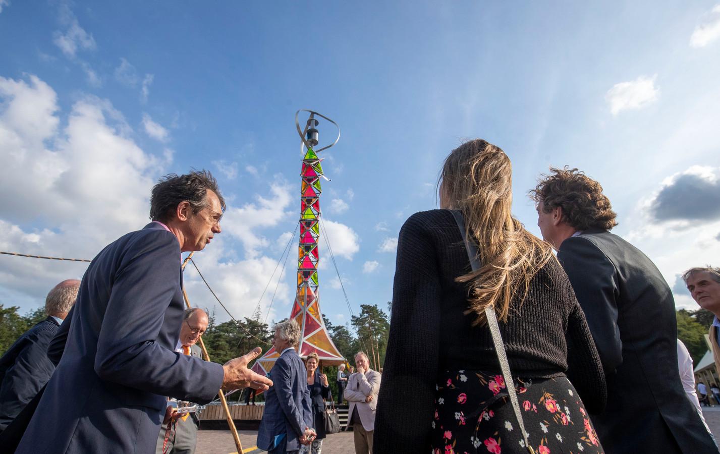 Jan Douwe Kroeske (links) geeft uitleg aan de Edese burgemeester René Verhulst (rechts).