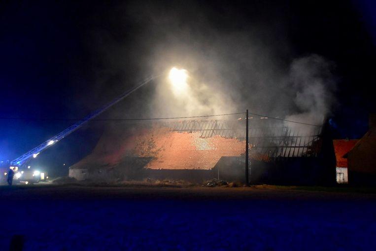 De nachtelijke brand was tot kilometers ver te zien.
