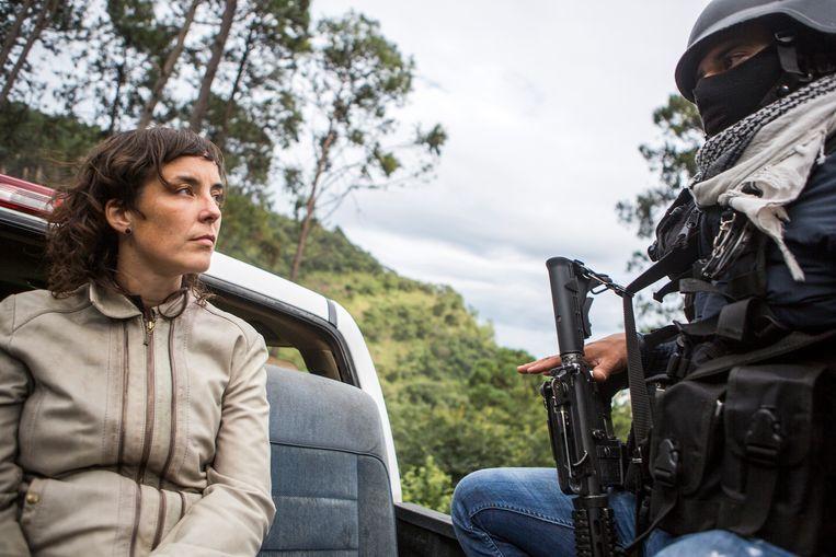 Marjolein van de Water met Mexicaanse burgermilities in 2015. 'Iedereen heeft een verhaal, besefte ik telkens opnieuw.'  Beeld null