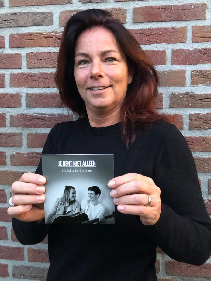 Desiree Tooren toont de nieuwe cd-single 'Je bent niet alleen.'