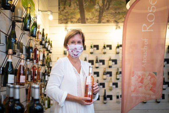Anne-Marie Morel met een rosé wijn van A Touch of Rose in Sint-Amands.