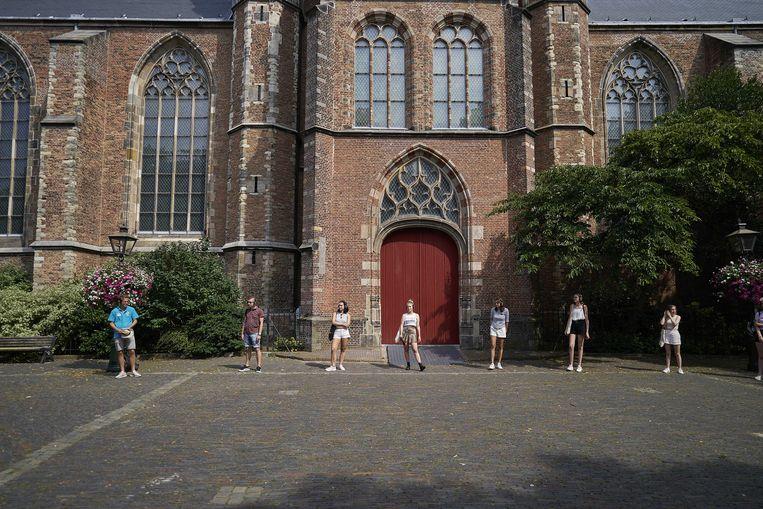 Voor nieuwe studenten organiseert de Universiteit Leiden een coronaproof stadswandeling. Beeld ANP