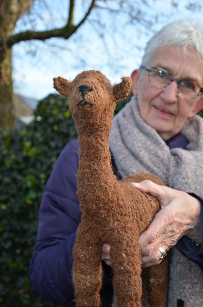Lammy Tabak kan de miniatuur van een alpaca bewaren als herinnering aan de ups en downs op de Vijverhof.